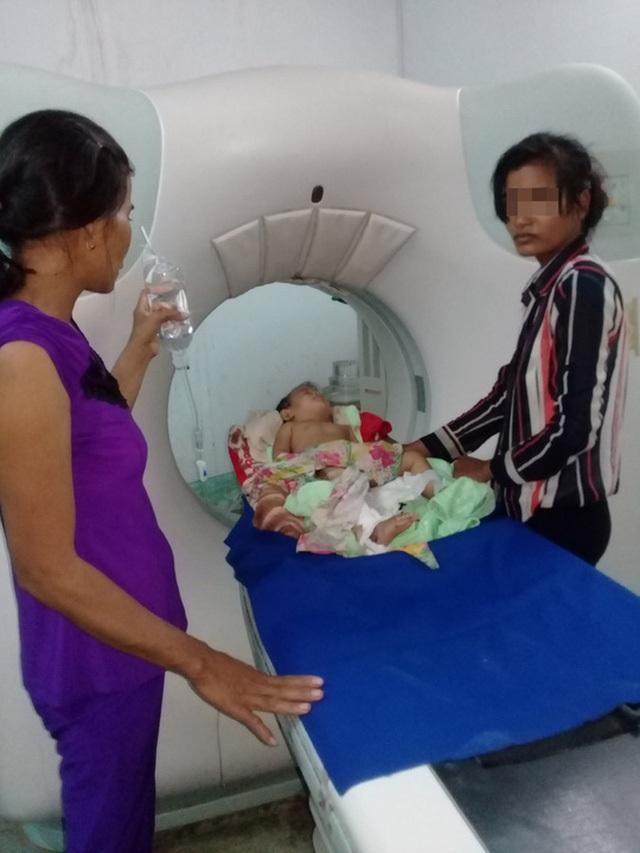 Chị Th. (phải) đang chăm sóc bé Y. tại Bệnh viện Đa khoa Trà Vinh
