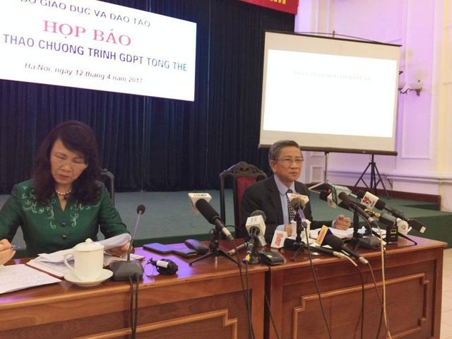 Thứ trưởng Bộ GD&ĐT Nguyễn Thị Nghĩa và GS.TS Nguyễn Minh Thuyết chủ trì họp báo.