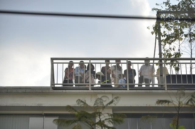 Các nạn nhân mắc kẹt trên sân thượng đang rất lo sợ