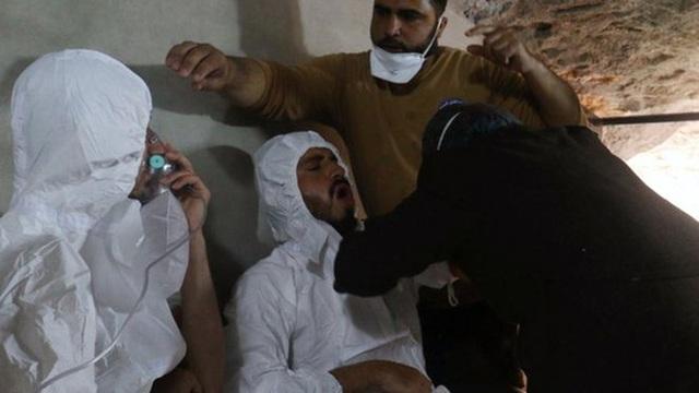 Nạn nhân trong vụ tấn công hóa học ở Khan Shiekhoun. Ảnh: Reuters
