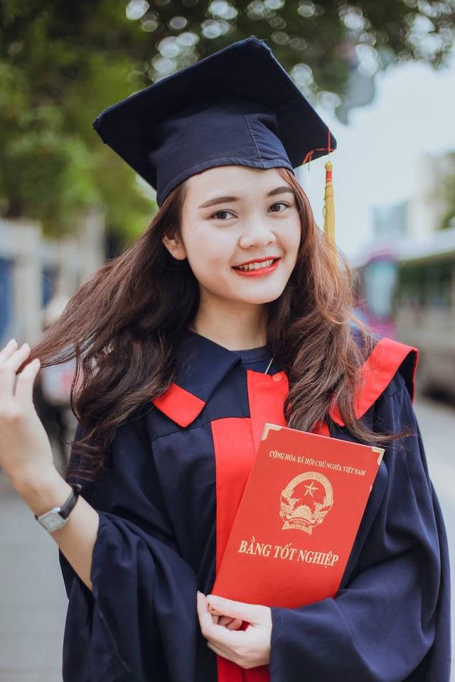 Pay Thị Huyền chụp ảnh kỷ yếu năm cuối.