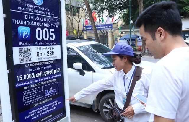 Hai ngày qua trên tuyến phố Trần Hưng Đạo và Lý Thường Kiệt (Hoàn Kiếm) đã áp dụng công nghệ đỗ xe thông qua điện thoại di động. Phương thức mới này bao gồm 17 điểm đỗ có sức chứa 248 xe, trong đó 16 điểm đỗ cho phép đỗ xe từ 6h đến 22h, 7 ngày/tuần; một điểm đỗ cho phép đỗ xe 24/24h, 7 ngày/tuần.