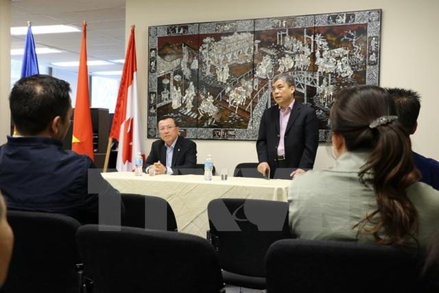 Đại sứ Nguyễn Đức Hòa (đứng) và Tổng lãnh sự Phạm Mạnh Hải chia sẻ tình hình trong nước với bà con kiều bào tại Vancouver. (Ảnh: Thúy Hà/TTXVN)\