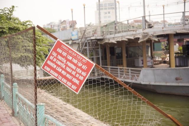 Biển cấm kinh doanh, hoạt động tại bến đỗ này của UBND quận Tây Hồ