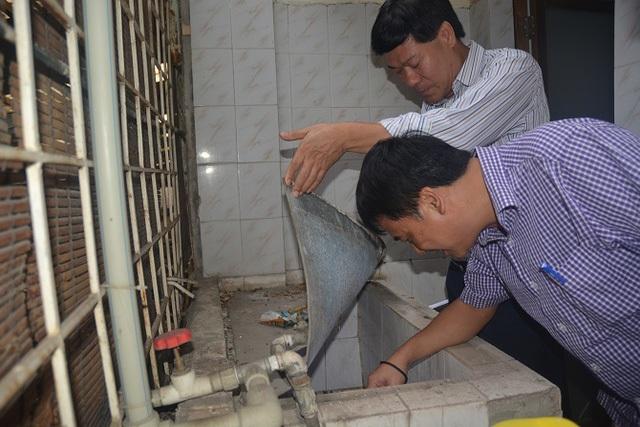 Cán bộ TTYT Dự phòng Hà Nội giám sát tìm ổ bọ gậy nguồn tại khu vực ký túc xá Trường Đại học Luật Hà Nội. Ảnh: H.Ngân