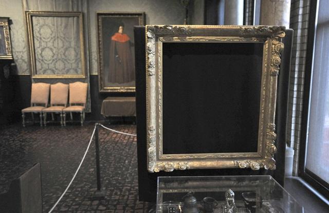 Những chiếc khung trống rỗng chờ ngày đoàn tụ với các bức tranh.