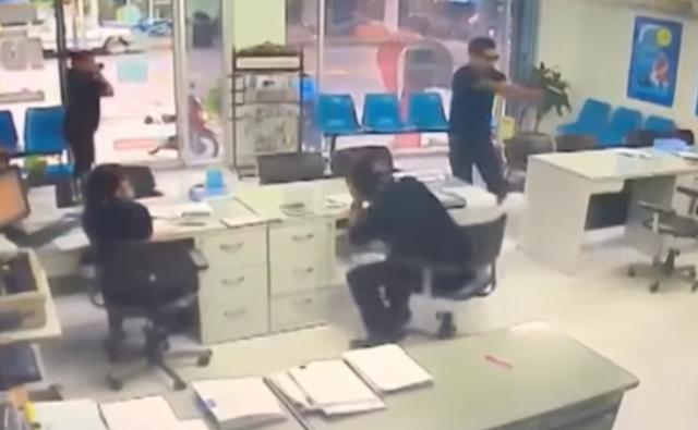 Phuangphee mặc quần áo đen, đeo kính râm bắn chết bạn gái cũ hôm 17-5. Ảnh: DAILY NEWS