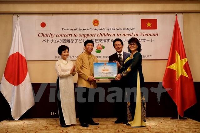 Đại sứ quán Việt Nam ở Nhật tổ chức hòa nhạc, trao tiền hỗ trợ Hà Tĩnh - 1