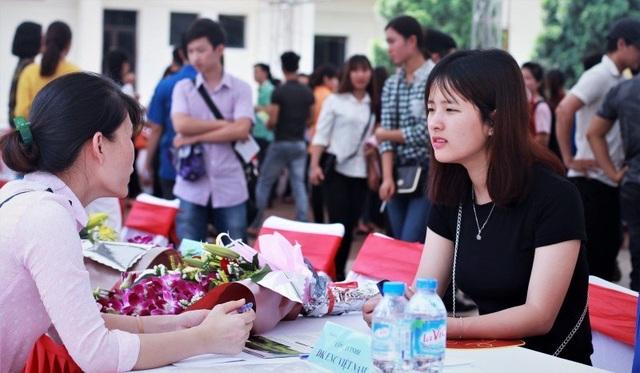 Sinh viên tham gia ngày hội việc làm do trường tổ chức để tìm kiếm cơ hội việc làm. Ảnh: Lê Văn.