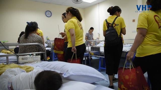 Các CBNV của VHP Group tới từng phòng bệnh thăm hỏi và trao quà cho từng em thiếu nhi