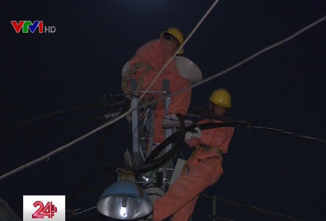 Những người thợ điện vẫn thầm lặng, cần mẫn làm việc, bất chấp thời gian.