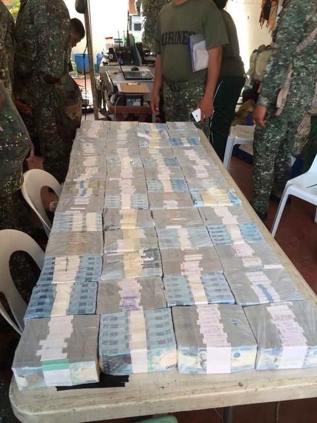 Các lực lượng vũ trang Philippines phát hiện 79 triệu peso ở Marawi nghi liên quan đến hoạt động khủng bố. Ảnh: ABS-BN