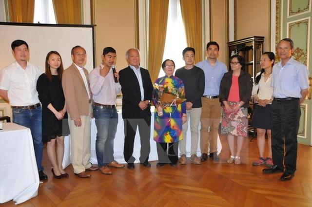 Đại sứ Việt Nam tại Bỉ Vương Thừa Phong (phải) chụp ảnh chung với Ban quản trị mới của Tổng hội người Việt Nam tại Vương quốc Bỉ. (Ảnh: Kim Chung/TTXVN)