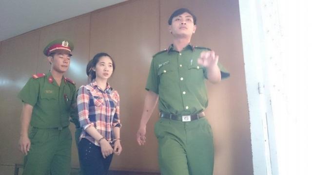 Phương được dẫn giải về trại giam sau phiên xử