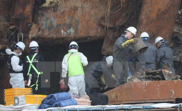 Đội tìm kiếm làm nhiệm vụ bên trong phà Sewol tại cảng Mokpo ngày 13/5. (Nguồn: EPA/TTXVN)