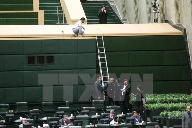 Cảnh sát Iran triển khai bên trong tòa nhà Quốc hội ở Tehran để bảo vệ các nghị sỹ sau vụ tấn công. (Nguồn: AFP/TTXVN)