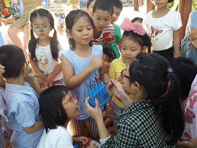 Các bé nhỏ tham gia sinh hoạt tại Hội quán Các bà mẹ. (Ảnh: HQCBM)