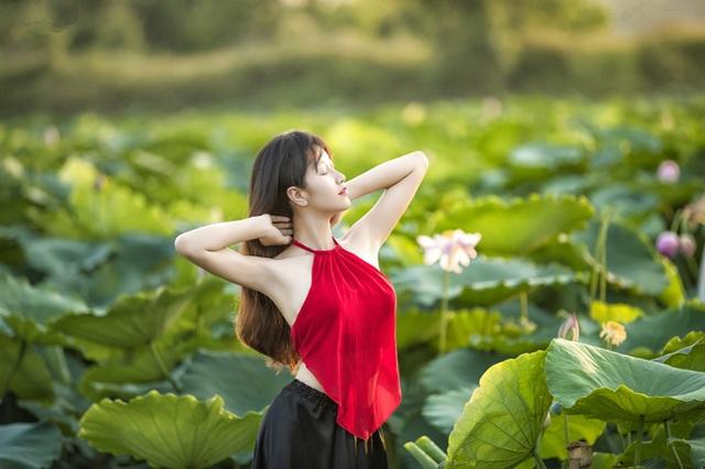 Mỗi độ hè về, thiếu nữ Hà thành lại nô nức chụp ảnh kỷ niệm cùng sen (ảnh: Huy Hoàng Đoàn).