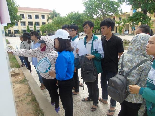 Các thí sinh có mặt tại điểm thi để làm thủ tục dự thi