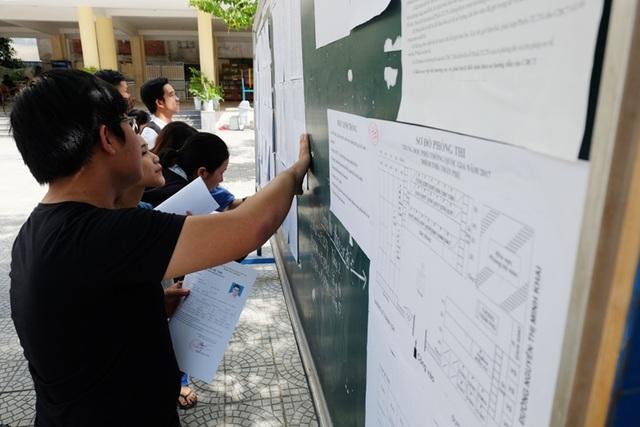 Thí sinh tại Đà Nẵng đến trường dò sơ đồ, tìm phòng thi trong buổi làm thủ tục dự thi chiều 21/6
