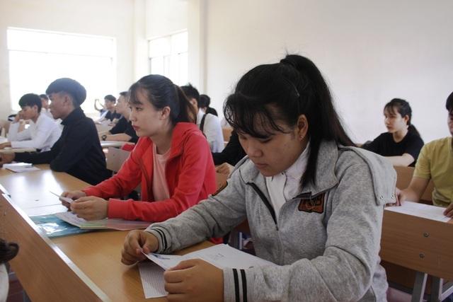 Thí sinh làm thủ tục dự thi tại điểm thi trường Đại học Phạm Văn Đồng.