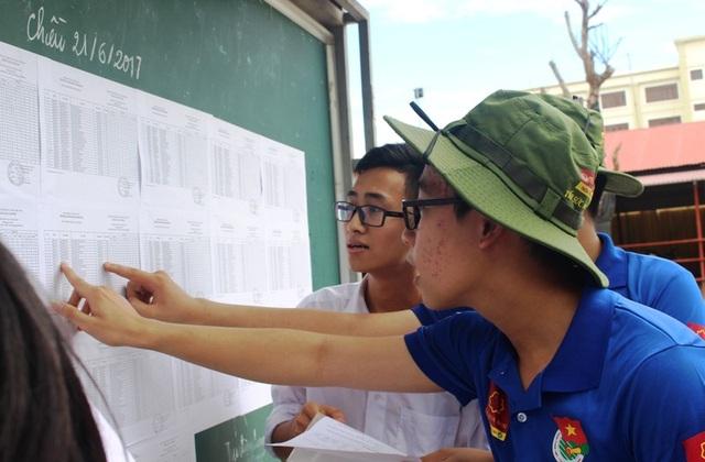 Các thí sinh được lực lượng tình nguyện viên hướng dẫn tìm kiếm thông tin cá nhân