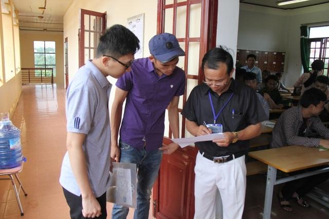 Các thí sinh làm thủ tục dự thi tại trường PTDTNT Nơ Trang Long - điểm thi có nhiều thí sinh tự do nhất ở Đắk Nông