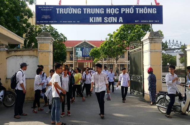 Các thí sinh tại Hội đồng thi trường THPT Kim Sơn A kết thúc môn Toán (ảnh: Thái Bá)