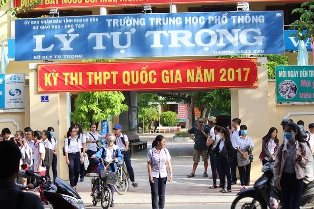 Thí sinh dự thi tại điểm thi trường THPT Lý Tự Trọng, TP Nha Trang ra về sau môn thi Toán
