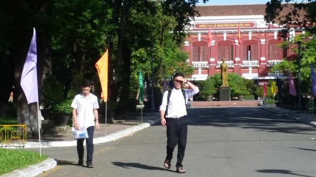 Hết giờ làm bài thi thế nhưng mới chỉ có 2 thí sinh rời khỏi khu vực thi trường THPT chuyên Quốc Học, TP Huế