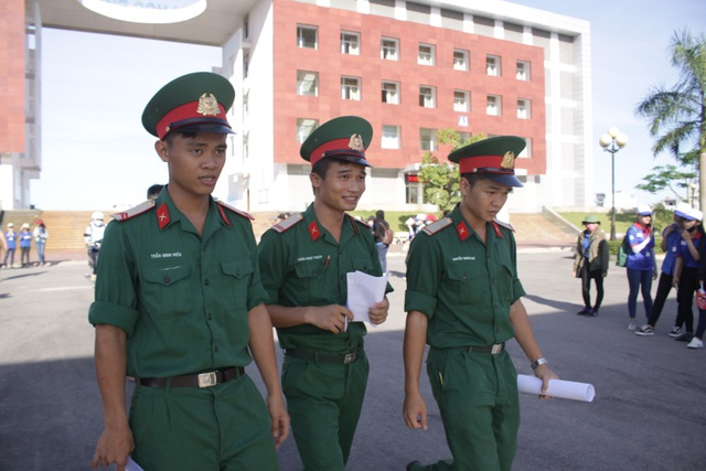 Thí sinh tại điểm thi trường Đại học Phạm Văn Đồng nhận định đề Toán dài nhưng không quá khó. (Ảnh: Hà Xuyên)