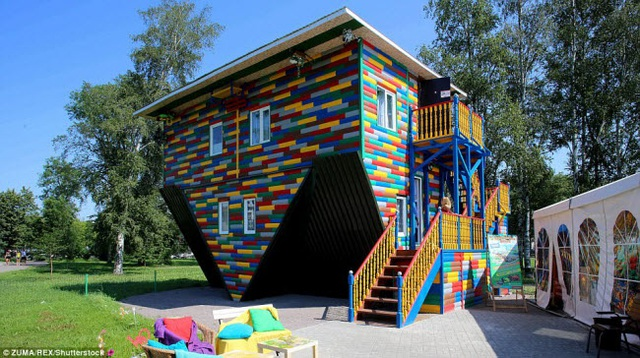 Trong ngôi là lộn ngược tại thành phố St Petersburg ở Nga, du khách có thể đi trên trần và quan sát thế giới ở một góc hoàn toàn khác.