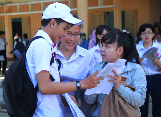 Các thí sinh Trường THPT Quốc học Quy Nhơn vui vẻ chia sẻ về bài thi môn Ngoại ngữ. (Ảnh: Doãn Công)