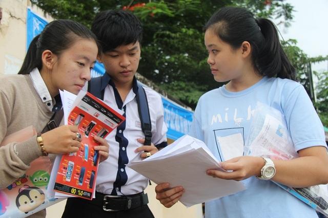 Thí sinh bàn luận về đề thi tiếng Anh sau khi kết thúc môn thi (ảnh: Dương Phong)