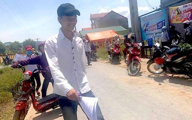 Thí sinh điểm thi Trường THPT Nghi Lộc 5 vui vẻ kết thúc môn thi. (Ảnh: Nguyễn Duy)