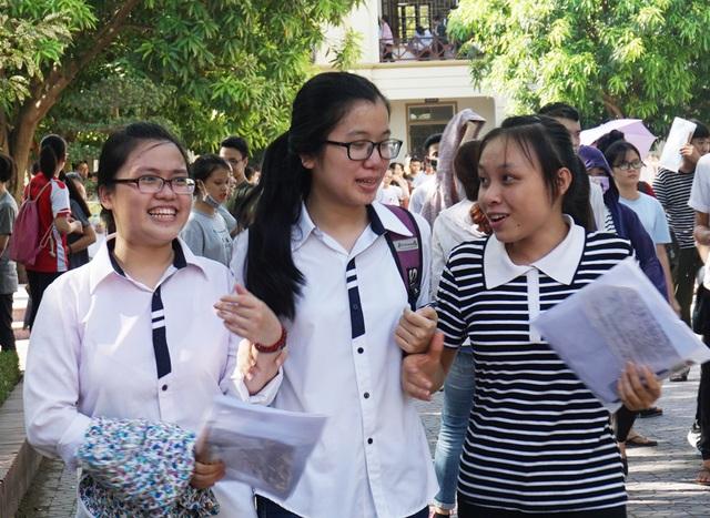 Thí sinh thở phào nhẹ nhõm khi kết thúc môn thi Tiếng Anh. (Ảnh: Hoàng Lam)