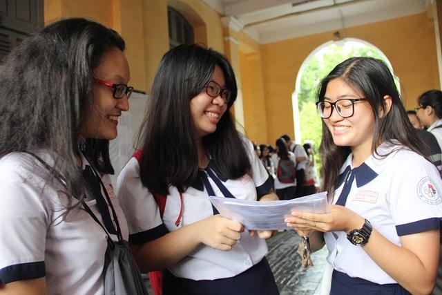 Thí sinh tại điểm thi trường THPT Nguyễn Thị Minh Khai hớn hở trao đổi sau môn thi ngoại ngữ chiều nay