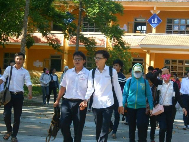 Các thi sinh ở Hội An ra về sau buổi thi cuối