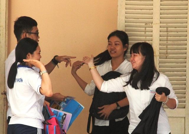 Thí sinh chúc mừng sau môn thi tổ hợp xã hội (ảnh Doãn Công)