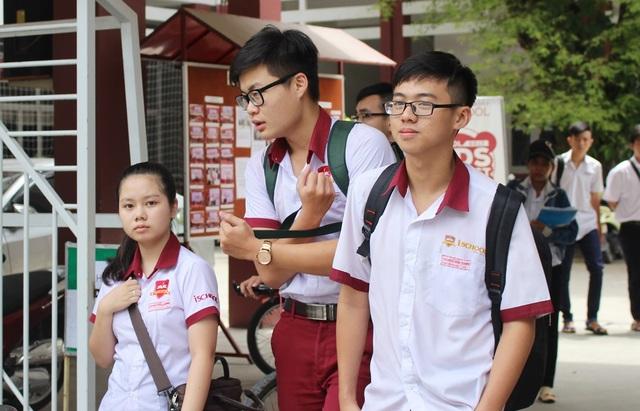 Thí sinh dự thi tại điểm thi trường iSchool Nha Trang (Khánh Hòa) ra về sau môn GDCD - (Ảnh: Viết Hảo)