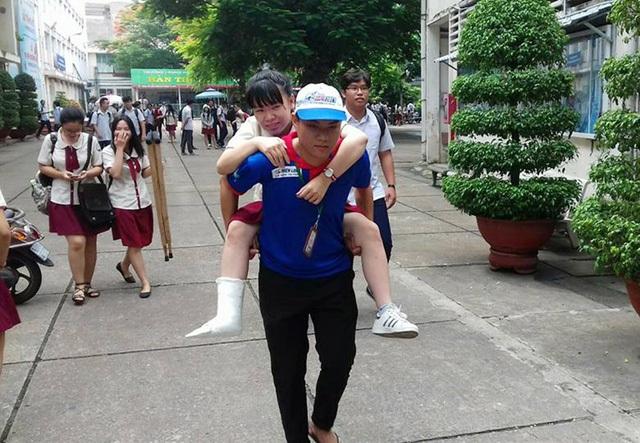 Nam sinh Trần Quang Trung (trường Đại học Văn Hiến, đội SVTN Tiếp sức mùa thi năm 2017) cõng thí sinh Linh đi thi.
