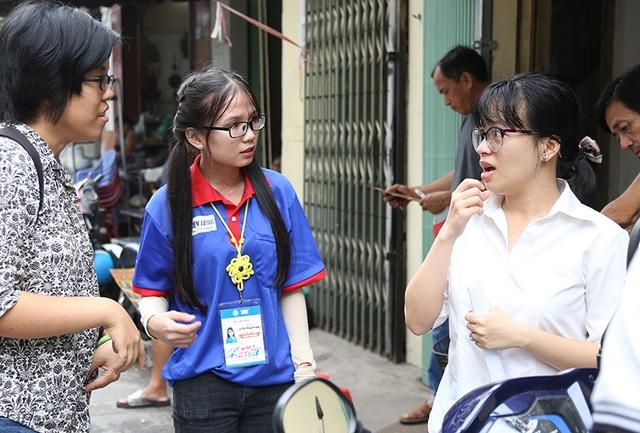 Lê Thị Thuỳ Trang (áo xanh) là sinh viên tình nguyện Tiếp sức mùa thi đã hỗ trợ hai thí sinh khiếm thính tới phòng thi và động viên các bạn bằng ngôn ngữ đặc biệt.