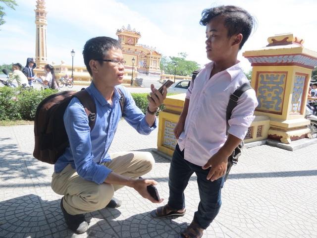 Thí sinh Trần Đình Quý dự thi tại điểm thi THPT chuyên Quốc Học, TP Huế. Trong ảnh: Quý trả lời phỏng vấn của phóng viên.