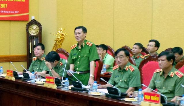Trung tướng Đỗ Kim Tuyến (đứng) trả lời câu hỏi của phóng viên về việc bắt một bác sĩ trong vụ 8 bệnh nhân chạy thận tử vong ở Hòa Bình.