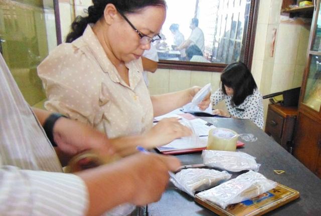 Thanh tra Sở Y tế TP.HCM đang kiểm tra nhà thuốc Đông y Nhơn Tâm Tế. Ảnh: TRẦN NGỌC