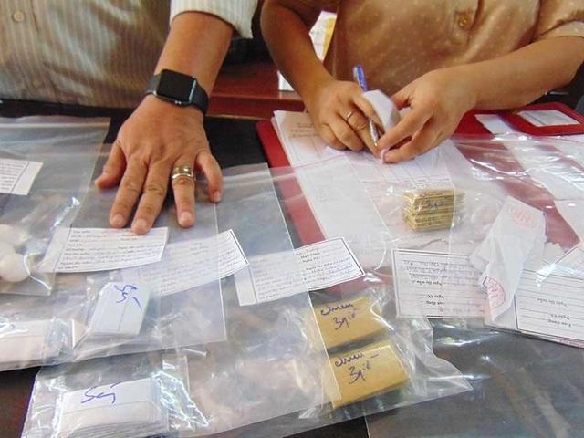 Đoàn kiểm tra của Thanh tra Sở Y tế TP.HCM đang liệt kê số thuốc mà nhà thuốc bán cho bệnh nhi. Ảnh: TRẦN NGỌC
