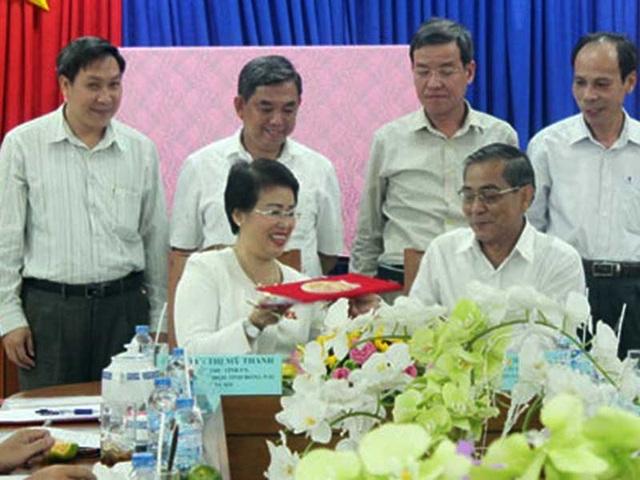 Bà Phan Thị Mỹ Thanh nhận bàn giao nhiệm vụ trưởng Đoàn đại biểu Quốc hội tỉnh Đồng Nai năm 2006. Ảnh: NGỌC THƯ (báo Đồng Nai)