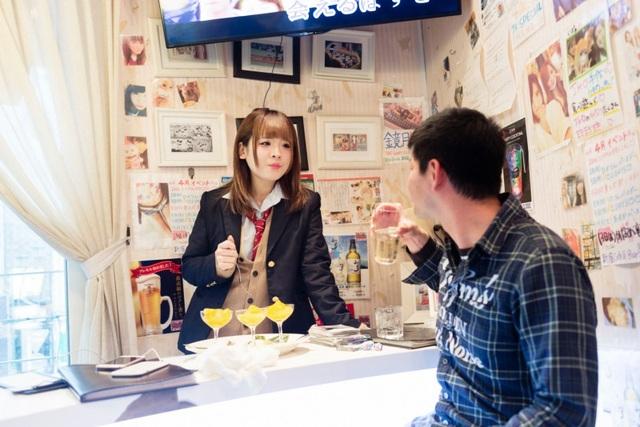 Nở rộ các quán cà phê hẹn hò với nữ sinh ở Nhật Bản - 1