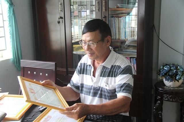 Ông Minh tự hào khoe về những thành tích mà Chi hội khuyến học Trương Văn giành được.