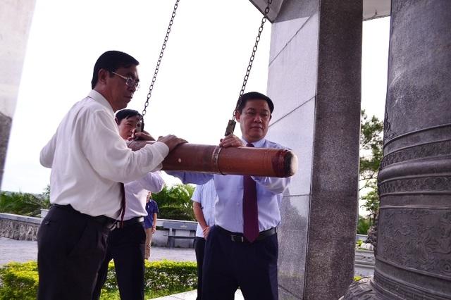 Phó Thủ tướng và lãnh đạo tỉnh Quảng Trị thỉnh chuông tại Nghĩa trang đường 9